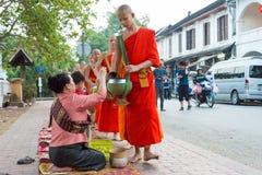 琅勃拉邦,老挝- 2015年3月05日:收集alm的和尚 库存照片