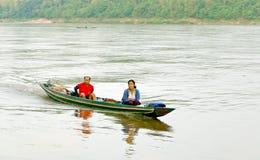 琅勃拉邦,老挝- 2014年5月14日:村民在琅勃拉邦w 免版税图库摄影