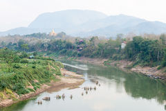 琅勃拉邦,老挝- 2015年3月05日:Luang的Praba Nam可汗河 免版税库存照片
