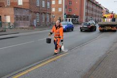 理事会工作者传播由于拖鞋路 免版税库存图片