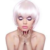 理发。发型。关闭时尚美丽的妇女画象  免版税库存照片