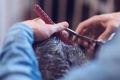 理发师使用的红色梳子 库存图片
