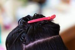 理发师供应,应用颜色奶油在沙龙的头发 库存图片