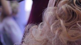 理发师做一时兴发型和称呼 烘干她的在沙龙的女性美发师男性顾客` s头发 设计 股票录像