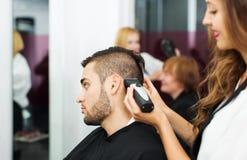 理发师做为人切开 免版税库存照片