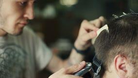 理发师切口和塑造头发由电整理者 股票录像