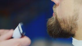 理发师切开客户胡子 股票视频