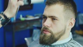 理发师切开客户胡子 影视素材