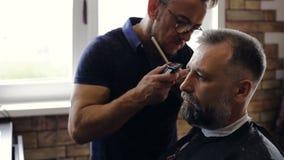 理发师切开顾客的胡子 股票视频