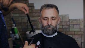 理发师切开顾客的胡子 股票录像