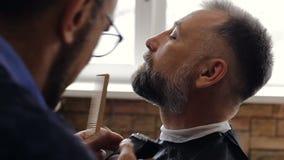 理发师切开顾客的胡子 影视素材