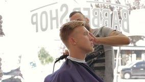 理发师刮客户有整理者的` s头发 股票录像
