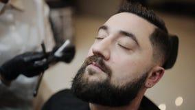 理发师刮客户的胡子有整理者的 股票视频