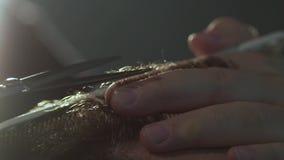 理发师剪客户的头发有剪刀特写镜头的 框架 梳头发和切开用理发的理发师 股票视频