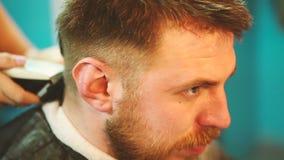理发师剪客户的头发有飞剪机的 股票视频