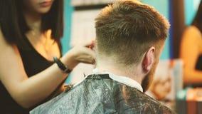 理发师剪客户的头发有飞剪机的 影视素材