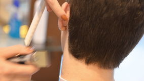 理发师剪客户的头发有飞剪机的 股票录像