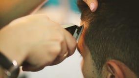 理发师剪客户的头发 股票视频