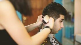 理发师剪客户的头发 影视素材