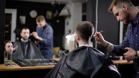 理发师和男性顾客 美发师清洗cutted头发的顾客的用途刷子 理发店 股票视频