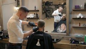 理发师在理发店做与整理者头发剪刀的理发 股票录像
