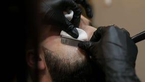 理发师女孩做有普通刀片的理发胡子客户 股票录像