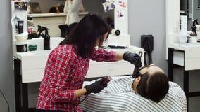理发师妇女客户饰物胡子有飞剪机的在理发店 股票录像