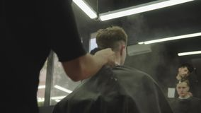 理发师清洁与刷子和滑石的客户脖子 可爱的男性得到在理发店的现代理发 ?? 影视素材