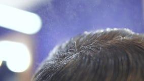 理发师特写镜头在慢动作的客户的头发飞溅水 影视素材