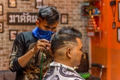 理发师理发理发店的一名顾客 库存图片