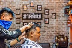 理发师理发理发店的一名顾客 免版税库存照片
