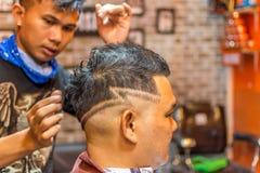 理发师理发理发店的一名顾客 库存照片