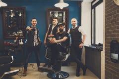 理发师男性队现代理发店的 免版税库存图片