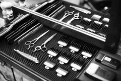 理发师的工作场所 为发型的工具 黑白图象 免版税库存图片