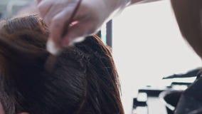 理发师绘女孩的头发 股票视频