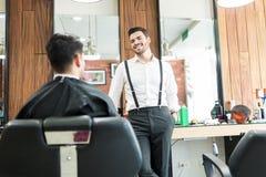 理发师谈话与顾客,当询问他的特选时 库存照片