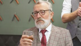 理发店的老人参观的发式专家 股票视频