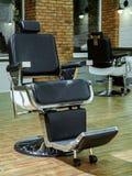 理发店葡萄酒 理发店椅子 时髦的葡萄酒理发椅 理发店扶手椅子、现代美发师和头发 库存图片