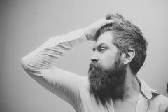 理发店 发型 理发店或美发师概念 严密的面孔的强壮男子,穿被解扣的衬衣 有长期的人 图库摄影