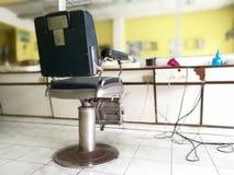 理发椅在泰国 理发店内部迷离背景 库存照片
