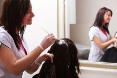 理发美容院。妇女死的头发。发型。 免版税库存照片