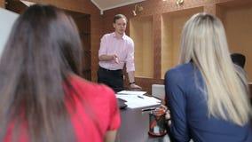 经理发言在会议上与他们的同事 影视素材