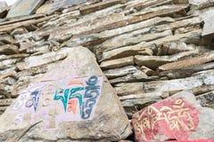 理塘,中国- 2014年7月17日:在Ganden Thubchen Choek的玛尼石头 免版税图库摄影