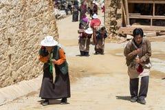 理塘,中国- 2014年7月17日:Ganden的Thubchen Choekhor香客 免版税库存照片