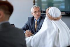 经理开与阿拉伯伙伴的会谈 库存图片