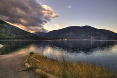 理想下午的湖边 库存图片