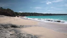 理想国海滩美丽如画的海景与洗涤沙子的泡沫似的波浪的 股票录像