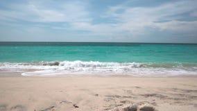 理想国海滩美好的沙子由泡沫似的印度洋波浪洗涤 股票视频