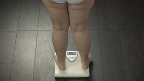 理想的体重,跨步在等级的妇女测量节食结果,后方 影视素材