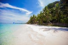 理想的热带海滩用绿松石水和 库存图片